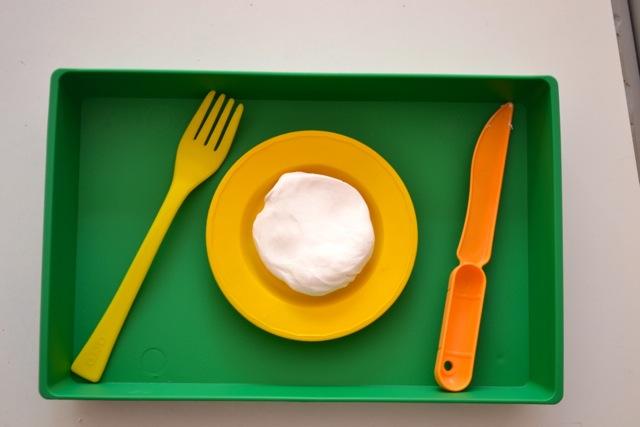 Couper la pâte à modeler à l'aide d'un couteau et d'une fourchette.
