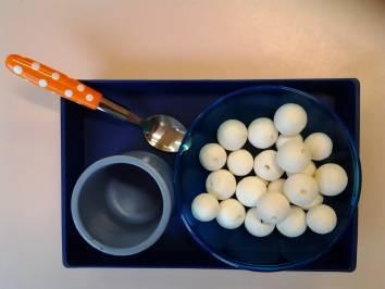 Transvaser des boules à l'aide d'une cuillère.