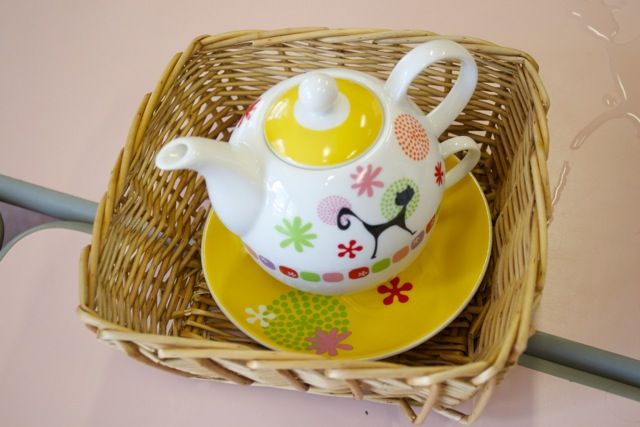 Verser l'eau de la théière dans le bol puis du bol dans la théière.