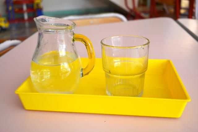 Verser l'eau de la carafe dans le verre et du verre dans la carafe.